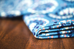 Blå tygtextil med prydnaden på trä Royaltyfri Bild