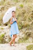 blå urbex för polka för läge för klänningmodeflicka Arkivfoto