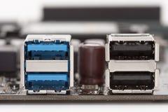 Blå usb 3 portar 0 och svarta USB2 portar 0 på moderkortet för P Arkivbilder