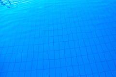 Blå utomhus- poolsidevattenyttersida som abstrakt bakgrund Arkivfoto