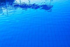 Blå utomhus- poolsidevattenyttersida som abstrakt bakgrund Fotografering för Bildbyråer