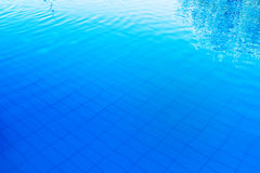 Blå utomhus- poolsidevattenyttersida som abstrakt bakgrund Royaltyfria Foton
