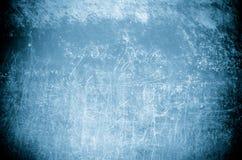 Blå vägg för Grunge med vita ord fotografering för bildbyråer