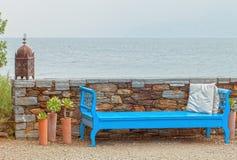Blå vägg för låg sten för bänk på vatten Fotografering för Bildbyråer
