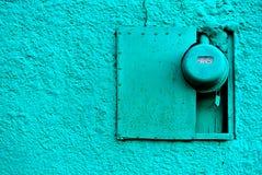 Blå vägg med den elektriska metern Fotografering för Bildbyråer