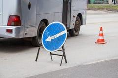 Blå vägmärkeomväg till det vänstert royaltyfria foton