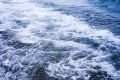 Blå våg för hav med skum, abstrakt naturbakgrund royaltyfri fotografi