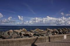 blå vågbrytaremaldives sky Arkivfoton