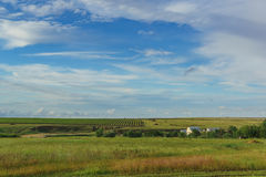 Blå vårhimmel över fälten av den jordbruks- lantgården Royaltyfria Bilder