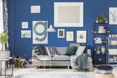 Blå vardagsrum för slags tvåsittssoffa arkivfoto