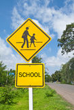 blå varning för trafik för skolateckensky Royaltyfria Foton