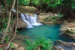 Blå vattenfall i Huay Mae Kamin Kanjanaburi Thailand Royaltyfri Bild