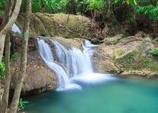 Blå vattenfall i Huay Mae Kamin Kanjanaburi Thailand Arkivfoton