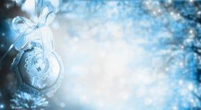 Blå vinterjulbakgrund med trädet, filialer och struntsaken, feriegräns Royaltyfri Fotografi