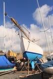 blå vit yacht Royaltyfri Foto