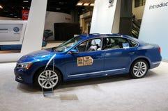Blå Volkswagen Passat bil Arkivbild
