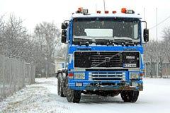 Blå Volvo F16-lastbil i snöfall Arkivfoton