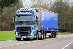 Blå Volvo FH halv lastbil på vägen Royaltyfri Bild