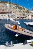 Blå yacht i hytt arkivbild