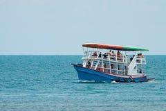Blå yacht med turisten i havet på Thailand fotografering för bildbyråer