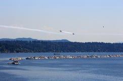 Blåa änglar efter nära flygparad över den Seattle himlen arkivfoton
