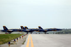 Blåa änglar sprutar ut på landningsbana Royaltyfria Foton