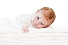 Blåa ögon behandla som ett barn pojken på vita handdukar Arkivbild