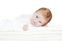 Blåa ögon behandla som ett barn pojken på vita handdukar Royaltyfria Foton