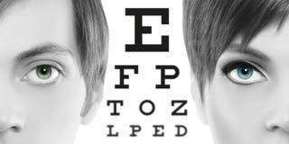 Blåa ögon stänger sig upp på visuell provdiagram, synförmåga och ögonexamen arkivfoto