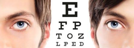Blåa ögon stänger sig upp på visuell provdiagram, synförmåga och ögonexamin arkivfoton