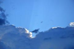 Blåa aftonhimmel och moln efter en storm Arkivbild