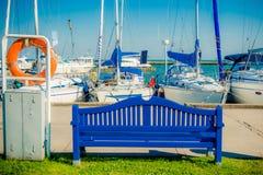 Blåa bänk och yachter Royaltyfri Foto