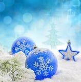 Blåa baubles för jul på snowbakgrund Royaltyfri Bild