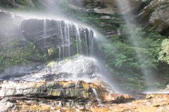 Blåa berg för vattenfall royaltyfri foto