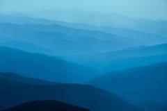 Blåa berg i Ukraina Carpathians Royaltyfria Bilder