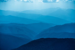 Blåa berg i Ukraina Carpathians Arkivfoto
