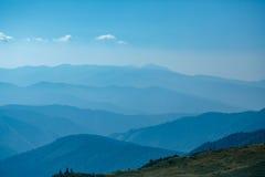 Blåa berg i Ukraina Carpathians Fotografering för Bildbyråer