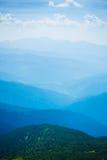 Blåa berg i Ukraina Carpathians Arkivbilder