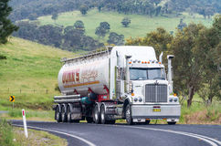 BLÅA BERG - OKTOBER 2015: Lastbil i australisk bygd Royaltyfri Foto