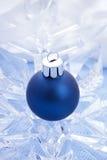 Blåa blanka julbollar Arkivbilder