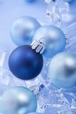 Blåa blanka julbollar arkivfoton