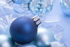 Blåa blanka julbollar royaltyfria foton