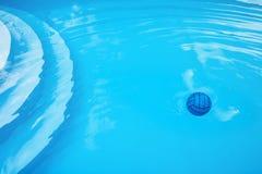 Blåa boll och cirklar på vatten i blå pöl royaltyfri foto