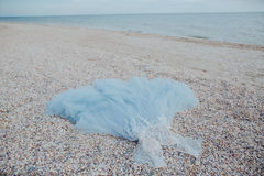 Blåa bröllopdres på sand Royaltyfria Foton