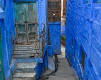 Blåa byggnader i Jodhpur, Indien royaltyfria foton