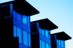 blåa byggnader tre arkivfoto