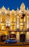 Blåa Chevy parkeras framme av Havana Opera House Fotografering för Bildbyråer