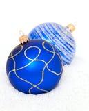 Blåa Chritsmas bollar på snö Arkivbild
