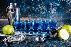 Blåa curacao, alkoholiserade starka drinkar Coctailar och garnering på stången, baren eller restaurangen royaltyfria bilder