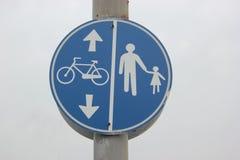 Blåa cykel och gångare för trafiktecken royaltyfri bild